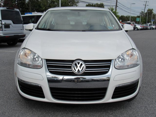 Pre-Owned 2010 Volkswagen Jetta Sedan Limited